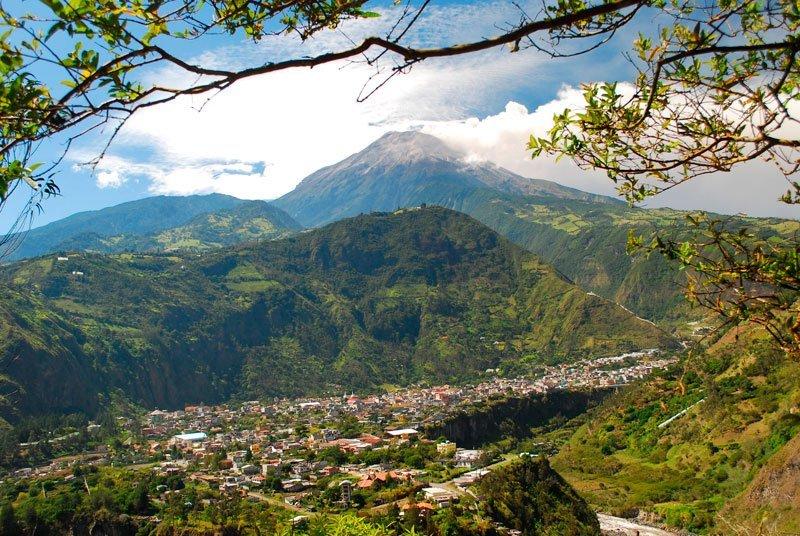 La ciudad de Baños de Agua Santa con el volcán Tungurahua detrás