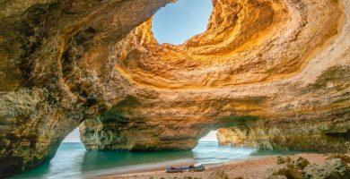 Cueva de Benagil, cueva de la playa del agujero, Algarve, Portugal