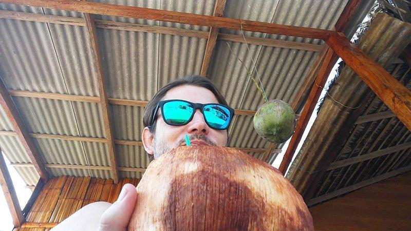 Agua ce coco helado en Montañita Ecuador Olon