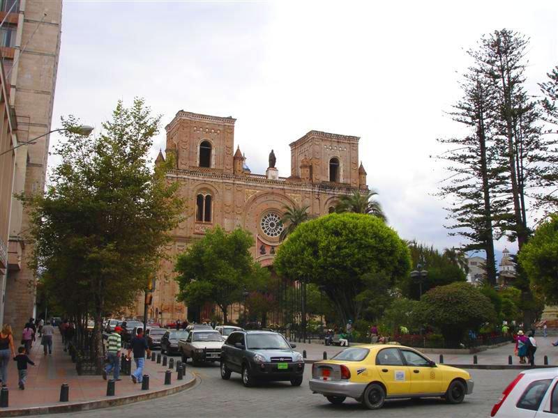Catedral de la Inmaculada Concepción en el Parque Calderón de Cuenca, Ecuador