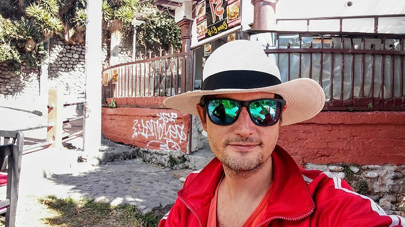 Con el clásico Panama Hat de Cuenca