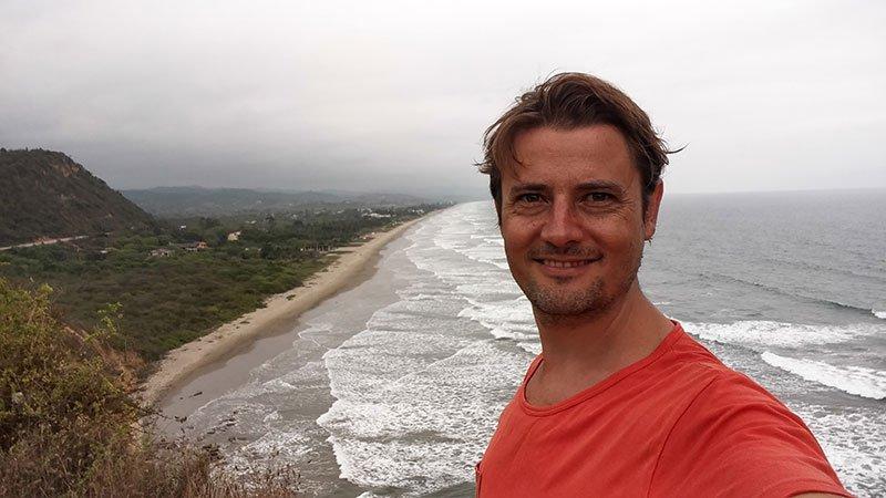 Playa de Montañita al fondo Ecuador Olon Santuario