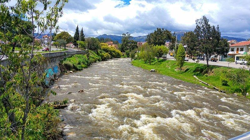 Río Yanuncay en Cuenca, Ecuador