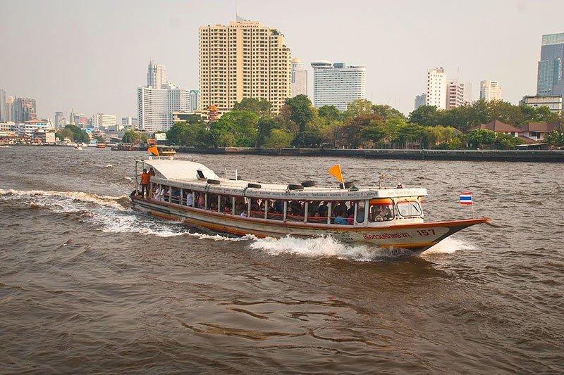 Transporte por río en Chao Phraya en Bargkok barco de bandera amarilla